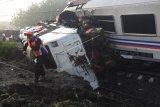 Petugas menyaksikan lokomotif KA Sancaka yang kecelakaan di Ngawi, Jawa Timur, Sabtu (7/4). Peristiwa tabrakan Kereta Sancaka dengan truk trailer tersebut menyebabkan seorang masinis kereta itu meninggal.   (ANTARA FOTO/Zabur Karuru)