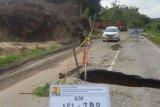 Jalan Lintas di Perbatasan Kuansing-Kampar Amblas, Pengemudi Hati-Hati Jangan Sampai Masuk Lobang