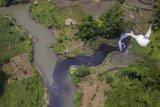 Foto udara limbah industri di Sungai Cihaur yang bermuara ke Sungai Citarum di Kecamatan Padalarang, Kabupaten Bandung Barat, Jawa Barat, Rabu (11/4). Meski adanya larangan membuang limbah oleh Kementerian Lingkungan Hidup dan Kehutanan, data dari Wahana Lingkungan Hidup Indonesia (Walhi) mencatat setidaknya 25 perusahaan di Kabupaten Bandung Barat masih membuang limbah industri ke anak Sungai Citarum ini.  (ANTARA FOTO/Raisan Al Farisi)