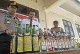 Polres Padang Pariaman sita 175 botol miras, dan 127 liter tuak