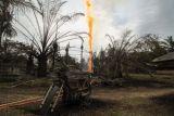 Semburan api sumur minyak ilegal