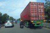 Truk kontainer melintas  jalan protokol Kota Palembang