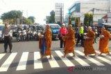Jelang Waisak, 100 biksu Pindapata di Pecinan Kota Magelang