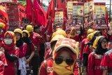 Ratusan buruh melakukan aksi Hari Buruh Internasional di depan Gedung Sate, Bandung, Jawa Barat, Selasa (1/5). Dalam aksinya mereka meminta kepada Pemerintah untuk meningkatkan kesejahteraan para kaum buruh. ANTARA JABAR/M Agung Rajasa/agr/18