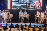 Tiga Pasangan Calon Walikota dan Wakil Walikota Bandung nomor urut satu Nurul Arifin (kiri)-Chairul Yaqin (kedua kiri), nomor urut dua Yossi Irianto (ketiga kiri)- Aries Supriatna (ketiga kanan), dan nomor urut tiga Oded Danial (kedua kanan)-Yana Mulyana (kanan) saat mengikuti Debat Publik ketiga yang diselenggarakan Komisi Pemilihan Umum (KPU) Kota Bandung di HotelGrand Asrilia, Bandung, Jawa Barat, Minggu (13/5). Pada Debat publik ketiga tersebut KPU Kota Bandung mengangkat tema Harapan Bandung, Harapan Berkemajuan sebagai bentuk harapan serta mewujudkan kemajuan kota Bandung dari tiap pasangan calon jika terpilih pada periode 2018-2023. ANTARA JABAR/Novrian Arbi/agr/18