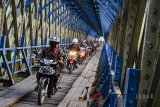 Pengendara melintasi di jalur alternatif selatan terowongan Cirahong yang dibangun pada masa pemerintahan Belanda 1893 di Panyingkiran, Kabupaten Ciamis, Jawa Barat, Rabu (30/5). Jembatan Cirahong merupakan jalur alternatif selatan yang nantinya akan dilalui oleh pemudik dari arah Tasikmalaya Timur ketika terjadi kepadatan arus lalulintas pemudik menuju Jawa Tengah. ANTARA JABAR/Adeng Bustomi/agr/18