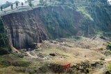 Suasana aktivitas penambangan pasir di Desa Tugumukti, Cisarua, Lembang, Kabupaten Bandung Barat, Jawa Barat, Jumat (18/5). Data dari Wahana Lingkungan Hidup (Walhi) mencatat, sekitar 400 ribu hektar lahan hijau di Jawa Barat mengalami fase kritis yang salah satunya diakibatkan oleh aktivitas penambangan serta pembalakan hutan. ANTARA JABAR/Raisan Al Farisi/agr/18
