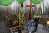Sejumlah kerabat dari korban bom di Gereja Pantekosta Pusat Surabaya, Sri Pudji Astutik di  Rumah Duka Adi Jasa, Surabaya, Jawa Timur, Senin (14/5). Sebanyak enam dari 14 jenazah korban yang tewas dalam peristiwa ledakan bom di tiga gereja di Surabaya pada Minggu (13/5) lalu. Antara Jatim/M Risyal Hidayat/mas/18.