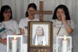 Sejumlah kerabat dari korban bom di Gereja Pantekosta Pusat Surabaya, Martha Djumani melayat di Rumah Duka Adi Jasa, Surabaya, Jawa Timur, Senin (14/5). Sebanyak enam dari 14 jenazah korban yang tewas dalam peristiwa ledakan bom di tiga gereja di Surabaya pada Minggu (13/5) lalu. Antara Jatim/M Risyal Hidayat/mas/18.