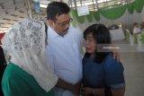 Djarot Saiful Hidayat (tengah) melayat pada korban bom di Gereja Pantekosta Pusat Surabaya, Sri Pudji Astutik di  Rumah Duka Adi Jasa, Surabaya, Jawa Timur, Senin (14/5). Sebanyak enam dari 14 jenazah korban yang tewas dalam peristiwa ledakan bom di tiga gereja di Surabaya pada Minggu (13/5) lalu. Antara Jatim/M Risyal Hidayat/mas/18.