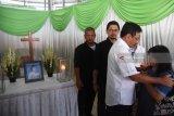 Djarot Saiful Hidayat (kedua kanan) melayat pada korban bom di Gereja Pantekosta Pusat Surabaya, Sri Pudji Astutik di  Rumah Duka Adi Jasa, Surabaya, Jawa Timur, Senin (14/5). Sebanyak enam dari 14 jenazah korban yang tewas dalam peristiwa ledakan bom di tiga gereja di Surabaya pada Minggu (13/5) lalu. Antara Jatim/M Risyal Hidayat/mas/18