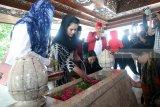 Calon Wakil Gubernur Jatim nomor urut dua Puti Soekarno (Dua Kiri) menabur bunga di pusara makam ayahanda Presiden Soekarno, R. Soekeni saat berziarah di Makam Presiden Pertama RI Soekarno di Blitar,Jawa Timur, Kamis (10/5). Ziarah dalam rangka memanjatkan do'a jelang bulan suci ramadhan tersebut juga diikuti oleh sejumlah elite partai.Antara Jatim/Irfan Anshori/mas/18