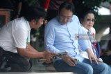 Presiden RI ke-5 yang juga ketua umum Partai Demokrasi Indonesia Perjuangan (PDIP) Megawati Soekarnoputri (Kanan) berbincang dengan kerabat dan elite partai seusai berziarah di Makam Presiden Pertama RI Soekarno di Blitar,Jawa Timur, Kamis (10/5). Ziarah dalam rangka memanjatkan do'a jelang bulan suci ramadhan tersebut juga diikuti oleh sejumlah elite partai.Antara Jatim/Irfan Anshori/mas/18