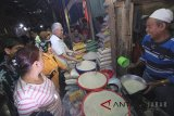 Menteri Pedagangan Enggartiasto Lukita (tengah) berdialog dengan pedagang saat mengunjungi pasar Kanoman, Cirebon, Jawa Barat, Selasa (29/5). Mendag memastikan harga sembako tetap stabil menjelang Lebaran. ANTARA JABAR/Dedhez Anggara/agr/18.