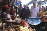 Menteri Pedagangan Enggartiasto Lukita (kedua kanan) berdialog dengan pedagang saat mengunjungi pasar Kanoman, Cirebon, Jawa Barat, Selasa (29/5). Mendag memastikan harga sembako tetap stabil menjelang Lebaran. ANTARA JABAR/Dedhez Anggara/agr/18.