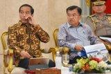 Presiden Joko Widodo (kiri) didampingi Wakil Presiden Jusuf Kalla memimpin Sidang Kabinet Paripurna di Istana Negara Jakarta, Rabu (16/5/2018). Sidang kabinet paripurna tersebut membahas sistem perizinan online single submission yang rencananya akan diluncurkan pada Mei mendatang, keamanan dengan mengedepankan semangat persaudaraan dan kerukunan sosial yang ada di masyarakat dengan memerintahkan BIN, Polri dan TNI serta tugas para menteri untuk mengabarkan bahwa Indonesia aman untuk dikunjungi. (ANTARA FOTO/Wahyu Putro A)