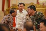 Mensesneg Pratikno (kiri) berbincang dengan Kepala BIN Budi Gunawan (kedua kiri), Kapolri Jenderal Pol Tito Karnavian (kedua kanan) dan Panglima TNI Marsekal TNI Hadi Tjahjanto sebelum mengikuti Sidang Kabinet Paripurna di Istana Negara Jakarta, Rabu (16/5/2018). Sidang kabinet paripurna tersebut membahas sistem perizinan online single submission yang rencananya akan diluncurkan pada Mei mendatang, keamanan dengan mengedepankan semangat persaudaraan dan kerukunan sosial yang ada di masyarakat dengan memerintahkan BIN, Polri dan TNI serta tugas para menteri untuk mengabarkan bahwa Indonesia aman untuk dikunjungi. (ANTARA FOTO/Wahyu Putro A)