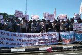 Massa pendukung kades demo Kantor Bupati Lingga