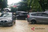 Hujan deras membuat kenderaan terjebak macet