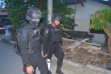 Satu lagi terduga teroris ditangkap di Surabaya, polisi bawa sekarung bukti