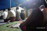 Warga Gunung Padang Alai tarawih dalam naungan terpal (video)