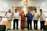 Tiga pasangan calon Gubernur dan Wakil Gubernur Kalbar, Milton Crosby (kiri) - Boyman Harun (kedua kiri), Karolin Margret Natasa (ketiga kiri) - Suryadman Gidot (ketiga kanan) dan Sutarmidji (kedua kanan) - Ria Norsan (kanan) mengacungkan jempol saat mengikuti Debat Publik terakhir Pemilihan Gubernur dan Wakil Gubernur Kalimantan Barat di Pontianak, Kamis (21/6). Debat yang diikuti tiga pasang cagub-cawagub Kalbar yaitu Milton Crosby-Boyman Harun, Karolin Margret Natasa-Suryadman Gidot dan Sutarmidji-Ria Norsan tersebut, bertajuk tema politik, hukum, kepemerintahan yang baik dan pertumbuhan ekonomi daerah. ANTARA FOTO/Jessica Helena Wuysang/18