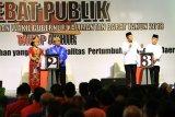 Dua dari tiga pasangan calon Gubernur dan Wakil Gubernur Kalbar, Karolin Margret Natasa (kiri) - Suryadman Gidot (dua kiri) dan Sutarmidji (dua kanan) - Ria Norsan (kanan) mengikuti Debat Publik terakhir Pemilihan Gubernur dan Wakil Gubernur Kalimantan Barat di Pontianak, Kamis (21/6). Debat yang diikuti tiga pasang cagub-cawagub Kalbar yaitu Milton Crosby-Boyman Harun, Karolin Margret Natasa-Suryadman Gidot dan Sutarmidji-Ria Norsan tersebut, bertajuk tema politik, hukum, kepemerintahan yang baik dan pertumbuhan ekonomi daerah. ANTARA FOTO/Jessica Helena Wuysang/18