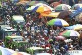 Warga memadati pasar tradisional Dewi Sartika, Kota Bogor, Jawa Barat, Kamis (14/6). Memasuki H-1 Lebaran, sejumlah pasar tradisional dan pusat perbelanjaan di Kota Bogor mulai dipadati warga yang membeli kebutuhan untuk Hari Raya Idul Fitri 1439 H sehingga kemacetan terjadi diruas jalan tersebut. ANTARA JABAR/Arif Firmansyah/agr/18