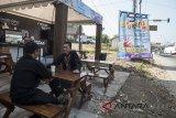 Warga berada di posko ngopi gratis jalur Selatan Nagreg, Kabupaten Bandung, Jawa Barat, Minggu (10/6). Pemerintah Kabupaten Bandung menyediakan posko ngopi gratis bagi para pemudik yang melintasi jalur Nagreg sebagai upaya membantu mengembalikan kondisi pemudik apabila kelelahan saat melakukan perjalanan ke kampung halamannya. ANTARA JABAR/M Agung Rajasa/agr/18.