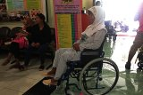 Penyandang disabilitas Yogyakarta mnerima bantuan kursi roda