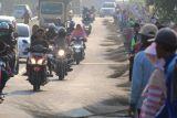 Ratusan pengemis bersapu di Indramayu dan mitos di baliknya