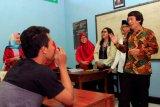 Ketua Komisi Perlindungan Anak Indonesia (KPAI) Seto Mulyadi atau yang akrab disapa Kak Seto (kanan) menyapa siswa Sekolah Istimewa saat berkunjung di Lembaga Pembinaan Khusus Anak (LPKA) Kelas I Blitar, Jawa Timur, Rabu (11/7/2018). Selain memberikan motivasi kepada sejumlah anak binaan, Kak Seto juga meninjau sejumlah fasilitas di LPKA tersebut guna memastikan fasilitas dan pembinaan yang ramah anak. (ANTARA FOTO/Irfan Anshori)