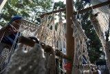 Pelaku usaha mikro kecil dan menengah (UMKM) merajut produk hiasan dinding saat Roadshow The big Start Indonesia di Cihampelas, Bandung, Jawa Barat, Jumat (20/7). Roadshow tersebut merupakan ajang kompetisi pencarian pengusaha muda berbakat yang diikuti sebanyak 50 UMKM dan pengenalan berbagai macam produk lokal khas Bandung ke masyarakat luas. ANTARA JABAR/M Agung Rajasa/agr/18.