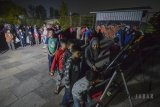 Sejumlah anak antre untuk mengamati gerhana bulan total dengan menggunakan teleskop di Lapangan Salman ITB, Bandung, Jawa Barat, Sabtu (28/7) dini hari. Badan Meteorologi, Klimatologi, dan Geofisika (BMKG) menyatakan gerhana bulan total yang terjadi pada Sabtu dini hari merupakan gerhana bulan total terlama abad ini dengan durasi 103 menit, dan dapat disaksikan kembali di Indonesia pada 19 Juni 2141. ANTARA JABAR/Raisan Al Farisi/agr/18