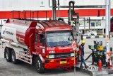 Petugas melakukan pengisian BBM ke dalam Truk tangki untuk didistribusikan di terminal BBM Pertamina Kota Tasikmalaya, Jawa Barat, Senin (2/7). PT. Pertamina (Persero) menyesuaikan harga Bahan Bakar Minyak (BBM), jenis Pertamax untuk wilayah DKI Jakarta Rp 9.500 per lite, Pertamax Turbo Rp 10.700 per lliter, sedangkan untuk Dex Series, ditetapkan harga Pertamina Dex Rp 10.500 per liter, dan Dexlite Rp 9.000 per liter dan harga Pertamax di wilayah Indonesia Timur seperti di Maluku dan Papua mengalami penurunan menjadi Rp 9.700 per liter, penyesuaian tersebut merupakan dampak dari harga minyak mentah dunia yang terus merangkak naik dengan rata-rata mencapai 75 dolar per barel. ANTARA JABAR/Adeng Bustomi/agr/18
