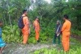 Personel Basarnas dikerahkan  mencari warga hilang di hutan Muna