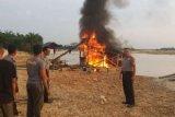 Polres Kuansing Bakar 9 Rakit PETI di Tepian Sungai Kuantan