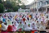 Kaum Muslimat Kota Bogor Provinsi Jawa Barat saat mendengarkan sambutan dan Khutbah pada Shalat  Idul Adha 1439 H/2018 M, di Masjid Al Mi`raj Kota Bogor. (Megapolitan.Antaranews.Com/Foto: M.Tohamaksun).
