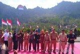 Bendera raksasa berkibar di Gunung Nglanggeran