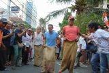 Sandiaga balap karung lawan warga Jalan Jaksa