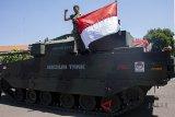 Anggota TNI berdiri diatas Medium Tank hasil pengembangan bersama antara PT. Pindad dan FNSS Turki di Bandung, Jawa Barat, Kamis (16/8). Medium Tank tersebut telah melewati serangkaian uji sertifikasi mulai dari uji ketahanan atas ledak ranjau hingga uji daya gerak atau mobilitas sebelum diproduksi secara massal pada 2020. ANTARA JABAR/M Ibnu Chazar/agr/18.