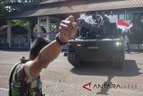 Anggota TNI mengarahkan Medium Tank hasil pengembangan bersama antara PT. Pindad dan FNSS Turki saat penyambutan di PT Pindad, Bandung, Jawa Barat, Kamis (16/8). Medium Tank tersebut telah melewati serangkaian uji sertifikasi mulai dari uji ketahanan atas ledak ranjau hingga uji daya gerak atau mobilitas sebelum diproduksi secara massal pada 2020. ANTARA JABAR/M Ibnu Chazar/agr/18.