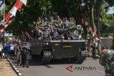 Sejumlah anggota TNI menaiki Medium Tank hasil pengembangan bersama antara PT. Pindad dan FNSS Turki di Bandung, Jawa Barat, Kamis (16/8). Medium Tank tersebut telah melewati serangkaian uji sertifikasi mulai dari uji ketahanan atas ledak ranjau hingga uji daya gerak atau mobilitas sebelum diproduksi secara massal pada 2020. ANTARA JABAR/M Ibnu Chazar/agr/18.