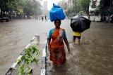 Hujan lebat di Mumbai India mengakibatkan tembok ambruk, 13 tewas