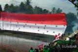 Bendera raksasa dikibarkan di Jembatan Ratapan Ibu (video)