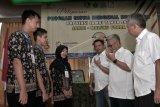Direktur Utama PT Perkebunan Nusantara 6 (Persero) M Abdul Ghani (kedua kanan), Direktur Produksi Denny Ramadhan (ketiga kanan), dan Direktur Komersil M Amin Sembiring (kanan) berbincang dengan perwakilan peserta Siswa Mengenal Nusantara (SMN) Jambi saat pelepasan peserta di Jambi, Minggu (12/8). Sebanyak 20 siswa SMA/SMK dan tiga siswa Sekolah Luar Biasa (SLB) se-Provinsi Jambi akan diberangkatkan ke Maluku Utara melalui program SMN yang didukung PTPN III (Persero) Holding yang diwakili PTPN 3, PTPN 4, PTPN 5, dan PTPN 6 dalam rangka BUMN Hadir Untuk Negeri. ANTARA FOTO/Wahdi Septiawan/foc/18.