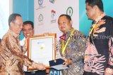 Bupati Eddy Raya raih penghargaan peningkatan kompetensi guru