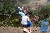 Warga Batam mandi di parit akibat pipa bocor