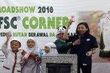 Nur Rosna Fatma, Sustainability Officer Tetra Pak Indonesia sedang memberikan penjelasan terkait dengan kampanye 3L yang berhubungan dengan kemasan bekas karton minuman di Giant Ekstra Pondok Gede, Bekasi. (Megapolitan.Antaranews.Com/Foto: FSC Indonesia).