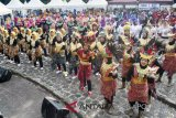 Sejumlah peserta mengikuti lomba senam Maumere di Plaza Gladiator, Kampus IPB Dramaga, Kabupaten Bogor, Jawa Barat, Minggu (16/9). Lomba senam Maumere yang diadakan Agrinita IPB dan diikuti puluhan peserta dari berbagai Fakultas di IPB dengan memperebutkan hadiah uang tunai dan serta tropi penghargaan tersebut merupakan rangkaian kegiatan Dies Natalis IPB ke-55. (Megapolitan.Antaranews.Com/Foto: Arif Firmansyah/18).